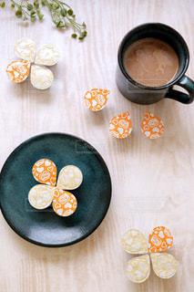 テーブルの上のコーヒー カップの写真・画像素材[1265490]