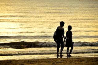 海,夕日,カップル,海外,後ろ姿,砂浜,海辺,オレンジ,旅行,マレーシア,ラブラブ,夕陽,サンセット