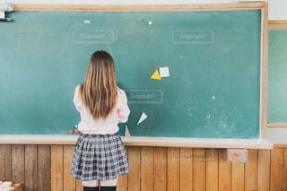 黒板の前に立っている学生の写真・画像素材[2131494]