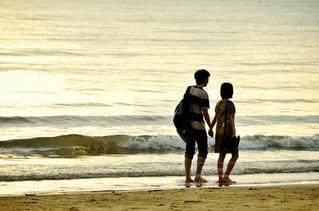 海,夏,夕日,カップル,後ろ姿,砂浜,夕暮れ,海辺,夕方,観光,背中,旅行,旅,ラブラブ,思い出