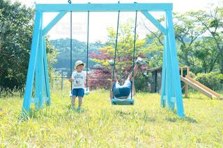 ブランコで遊ぶ少年の写真・画像素材[2254081]