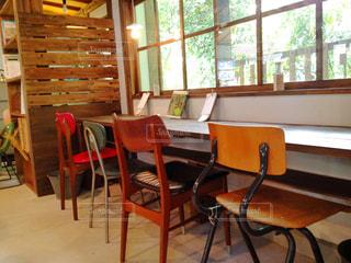 窓の前の食堂のテーブルの写真・画像素材[2282897]