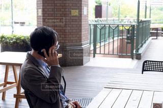 ベンチに座っている男性の写真・画像素材[2449005]