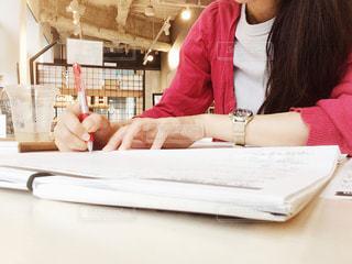 カフェで勉強中の写真・画像素材[2484868]