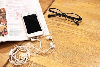 音楽を聞きながら読書の写真・画像素材[2484894]