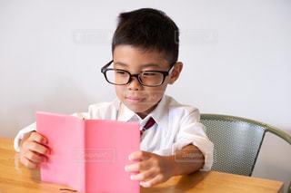 読書中の少年の写真・画像素材[2484901]