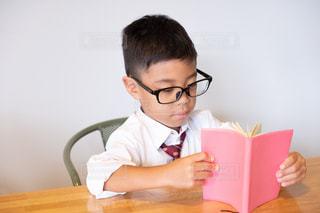勉強中の少年の写真・画像素材[2484903]