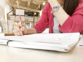 勉強中の女性の写真・画像素材[2484905]
