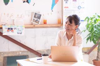 ビジネスシーン、リモートワークの女性の写真・画像素材[2506139]