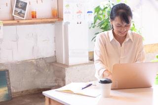 笑顔で仕事をする女性の写真・画像素材[2506162]