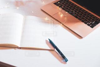 カフェ,ピンク,ライト,ペン,パソコン,キラキラ,飲食店,ノートパソコン,PC,ビジネス,約束,自宅,手帳,会社員,ピンクゴールド,スケジュール,起業,予定,フリーランス,リモートワーク,ビジネスシーン