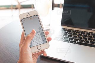 カフェ,スマホ,パソコン,飲食店,メモ,ノートパソコン,PC,ビジネス,ノマド,手元,会社員,メール,連絡,起業,スマホいじり,フリーランス,リモートワーク,ビジネスシーン