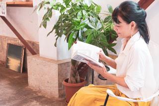 ゆったり読書をするきれいな女性の写真・画像素材[2587127]