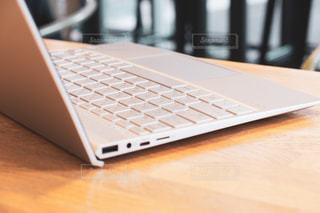 カフェ,屋内,オフィス,パソコン,ノートパソコン,デスク,PC,ビジネス,キーボード,会社員,フリーランス,リモートワーク,ビジネスシーン