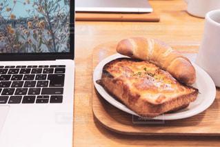 食べ物,カフェ,食事,朝食,屋内,パン,トースト,休憩,パソコン,ノートパソコン,デスク,モーニング,PC,ビジネス,キーボード,ひと休み,会社員,フリーランス,塩パン,リモートワーク,ビジネスシーン