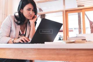 女性,20代,カフェ,屋内,綺麗,かっこいい,美しい,ノートパソコン,PC,ビジネス,作業,クール,ミディアム,会社員,連絡,キャリアウーマン,オフィスカジュアル,起業,フリーランス,リモートワーク,ビジネスシーン,連絡待ち