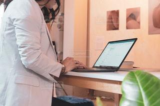 女性,20代,カフェ,屋内,綺麗,かっこいい,美しい,パソコン,ノートパソコン,PC,ビジネス,作業,クール,会社員,メール,連絡,キャリアウーマン,オフィスカジュアル,起業,フリーランス,リモートワーク,ビジネスシーン