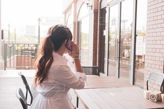 電話中の女性 ロングヘアの写真・画像素材[2588011]