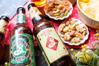 テーブルの上のビールのボトルの写真・画像素材[2827393]