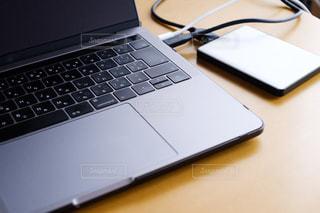 外付けハードディスクとノートパソコンの写真・画像素材[2878179]