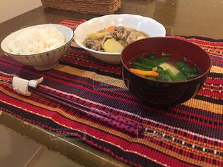 テーブルの上に食べ物のボウルの写真・画像素材[784030]