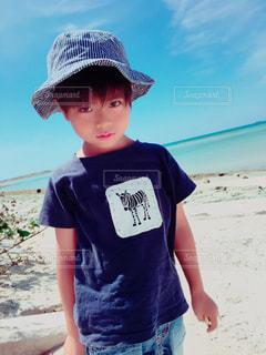 砂の中に立っている小さな男の子の写真・画像素材[895919]