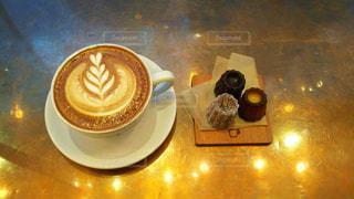 テーブルの上のコーヒー カップの写真・画像素材[1002172]
