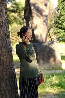 木陰で電話 - No.777268