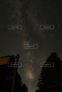 夜に見上げる空の景色の写真・画像素材[1691946]