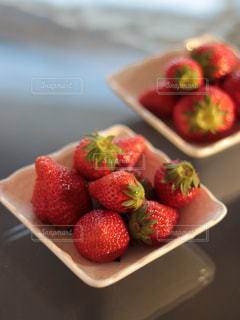 テーブルの上にフルーツを置くケーキの写真・画像素材[3159253]