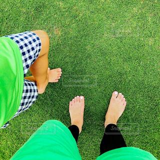 緑の畑に横たわる人の写真・画像素材[3191312]
