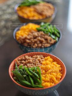 テーブルの上に食べ物を1杯入れるの写真・画像素材[3192005]