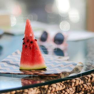 テーブルの上に座っているケーキの片方をクローズアップするの写真・画像素材[3209727]