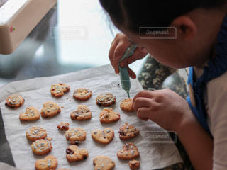 ケーキを切る人の写真・画像素材[3281487]