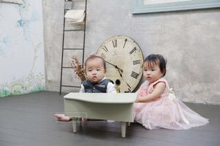 ピアノを弾いている赤ちゃんの写真・画像素材[821270]
