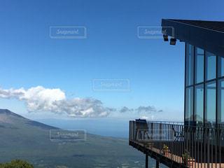 背景の山と水の大きな体のビューの写真・画像素材[888114]