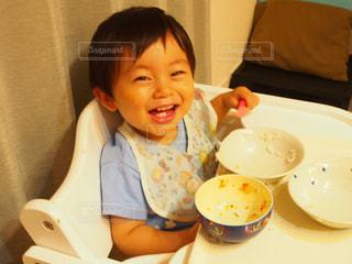 皿の上に座っている小さな子供の写真・画像素材[826044]