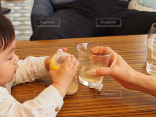 グラス,幼児,乾杯,ミルク,ドリンク,男の子,哺乳瓶,初めての乾杯