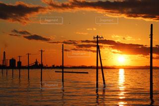 水の体に沈む夕日の写真・画像素材[955650]