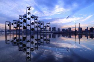 都市の上にぶら下がってトラフィック ライトの写真・画像素材[955663]