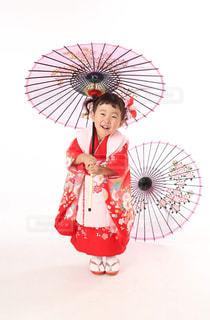 ピンクの傘を持った少女の写真・画像素材[849446]