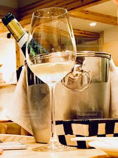 テーブル ワインのグラスの写真・画像素材[939075]