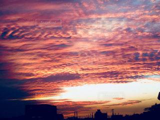 水の体に沈む夕日の写真・画像素材[955615]