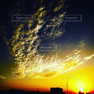 水の体に沈む夕日の写真・画像素材[955648]