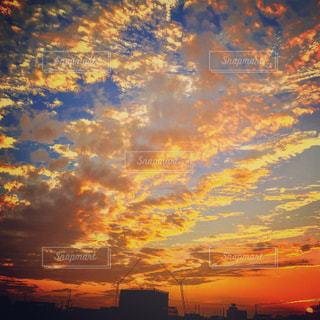 街に沈む夕日の写真・画像素材[955667]