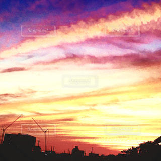 夕焼け空に浮かぶ雲のグループの写真・画像素材[958617]