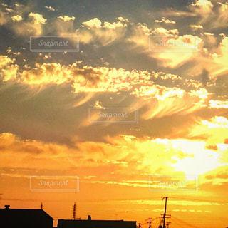 夕焼け空に浮かぶ雲の写真・画像素材[958622]