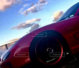 赤い車に座っている飛行機の写真・画像素材[1115719]