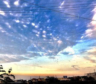 バック グラウンドで市と水体に沈む夕日の写真・画像素材[1116515]