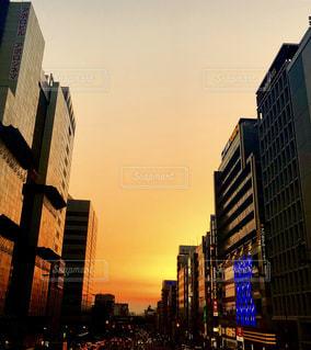 背景の高層ビルと街のビューの写真・画像素材[1221396]